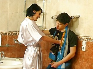 guy drill older girl on bath