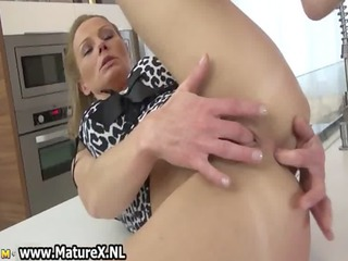 stunning cougar lady adores masturbating her
