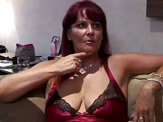 curvy mature babe escort squirts for punter